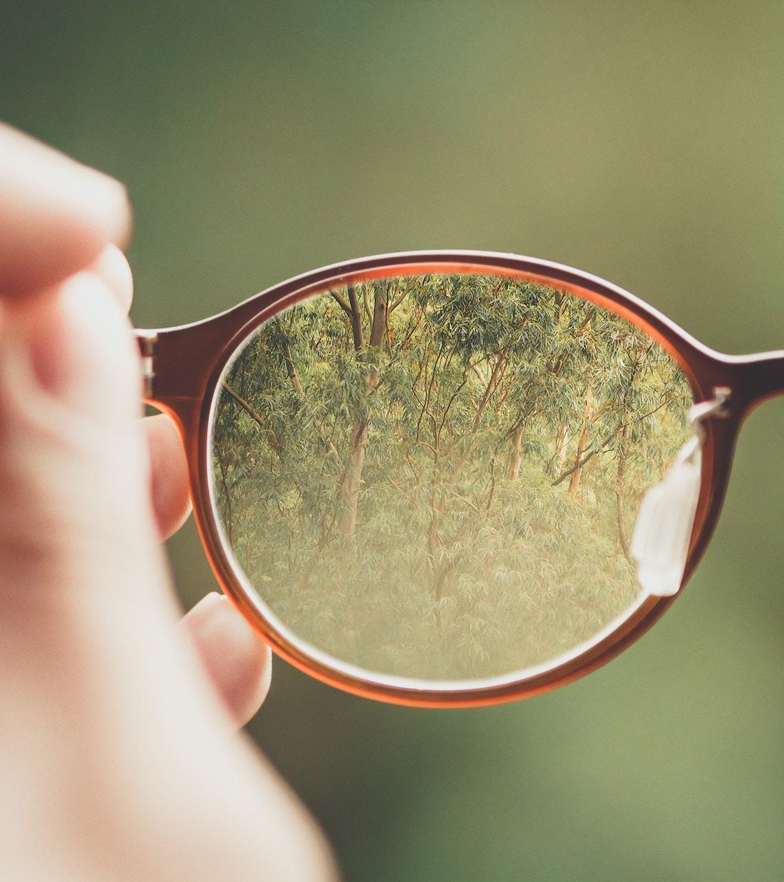 450e3e097 O teu especialista irá prescrever as lentes adequadas para compensar a tua  miopia, uma vez que os óculos são a opção mais simples e segura para  fazê-lo.