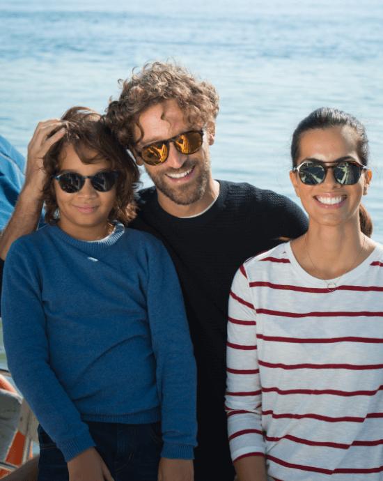e93edbf1c Família a usar lentes Essilor polarizadas Xperio junto ao mar